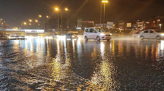 İstanbul'da kuvvetli sağanak sürücülere zor anlar yaşattı