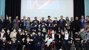 Paralimpik Oyunları'nda madalya kazanan tenisçiler, öğrencilerle buluştu